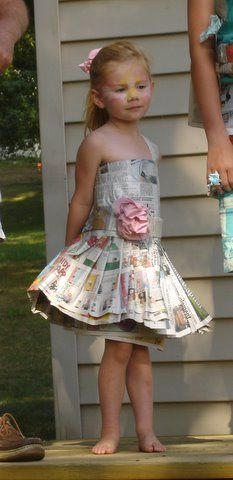 News Paper Dress. Would have to line with clean paper and spray it so it wouldn't get ink on her. Paper Fashion, Fashion Art, Recycled Dress, Newspaper Dress, Creative Costumes, Paper Artwork, Recycled Fashion, Weird Fashion, Costume Design