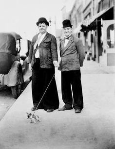 Oliver Hardy and Stan Laurel with tiny dog by Unknown Artist - 1932 Oliver Hardy und Stan Laurel mit kleinem Hund von Unknown Artist - 1932