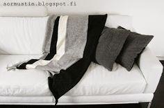 Sormustin: Koneneulottu peitto. Blanket made with knitting machine.
