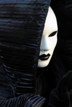 Black and white Mask Raven Queen, Black White, White Art, Night Circus, Carnival Masks, Carnival Girl, Venetian Masks, Beautiful Mask, Masquerade Ball