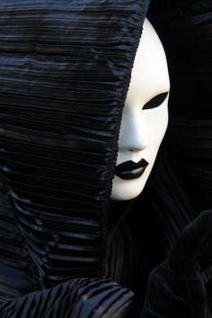 Black and white Mask Op Art, Black White, White Art, Night Circus, Carnival Masks, Beautiful Mask, Venetian Masks, Masquerade Ball, The Villain