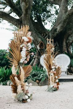And just like that we are left breathless thanks to this gorgeous destination wedding in Byron Bay, Australia. With dried botanicals, fluffy pampas grass, and dusty pink roses we're obsessed with every chic detail! Palm Wedding, Chic Wedding, Floral Wedding, Wedding Bouquets, Boho Wedding Flowers, Dried Flower Arrangements, Dried Flowers, Hippie Stil, Byron Bay Weddings