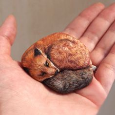 Artist Brings Stones To Life By Realistically Painting Animals On Them