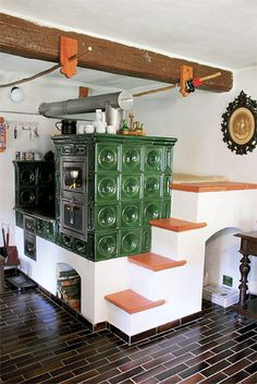 Russian tile fireplace/stove with a place to sleep behind it. This is super unique, it must get cold there. Rustic Country Kitchens, Rustic Kitchen, Kitchen Decor, Kitchen Design, Foyers, Vintage Stoves, Antique Stove, Stove Fireplace, Japanese Interior