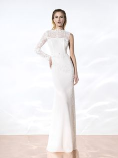 Vestido de novia elegante y de alta costura creado artesanalmente con tejidos de alta calidad europeos, trabajado a mano, hechos a medida, diseñadosy producidos 100% en Barcelona porYolanCris. El sueño de la altacostura se refleja en cada detalle para que estés perfecta en tu gran día.YolanCris