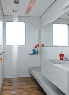 chuveiro teto, deck, azulejo retrô branco, concreto, iluminação forro, bancada clean, toque de cor