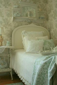 Shabby sweet home Shabby Chic Bedrooms, Bedroom Vintage, Shabby Chic Homes, Shabby Chic Decor, Cottage Living, Shabby Cottage, Cottage Chic, White Cottage, Cottage Style