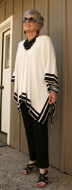 A great outfit for the day and the evening. A simple poncho with just the right trousers, jewelry accessories make this an elegant outfit for the ageless 60 Fashion, Mature Fashion, Over 50 Womens Fashion, Fashion Over 50, Plus Size Fashion, Fashion Looks, Latest Fashion, Fashion Trends, Style Feminin