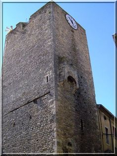 """""""Après tant de heurts durant des siècles, la tour donne l'heure aux homo-sapiens qui ne l'ont que peu respectée"""". C'est ce que j'ai pensé en voyant la Tour de Bagnols sur Cèze dans le département du Gard."""