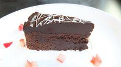 Konfektkake med mye mørk sjokolade fra Lise Finckenhagen. Pudding, Sweets, Baking, Desserts, Food, Delivery, Recipe, Christmas, Tailgate Desserts