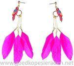 Oorbellen-goudkleurige-stekers-met-hanger-van-een-papegaai-en-roze-veren