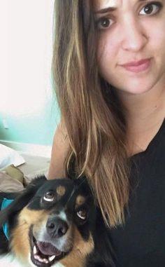A história de um cachorro viralizou nas redes sociais depois que a dona publicou a foto em que o cão não tira os olhos dela nem no momento de posar para a imagem.
