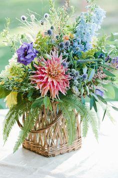 the floral arrangement Decoration Plante, Decoration Table, Basket Flower Arrangements, Floral Arrangements, Deco Floral, Floral Design, Fresh Flowers, Beautiful Flowers, Summer Flowers