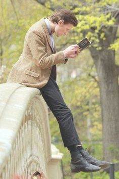 The Doctor in Central Park. This is my favorite pic of Matt SmithYou can find Matt smith and more on our website.The Doctor in Central Park. This is my favorit. Bbc Doctor Who, Eleventh Doctor, Science Fiction, Rory Williams, Amy Pond, Matt Smith, Film Serie, Dr Who, Superwholock