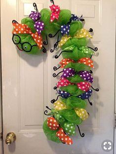 Bookworm wreath, back to school wreath, teacher appreciation wreath, classroom wreath, library wreath School Wreaths, Teacher Wreaths, Wreath Crafts, Diy Wreath, Wreath Ideas, Mesh Wreath Tutorial, Classroom Wreath, Crafts To Do, Diy Crafts