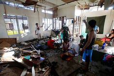 An estimated 100,000 pregnant women have been affected by #Haiyan. Disruption to medical facilities has made things much more difficult for them. Photo: EPA/DENNIS M. SABANGAN You can donate to help: http://www.oxfam.org/haiyan