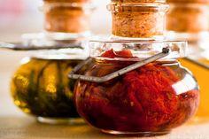Ingredientes 4 ramos de alecrim fresco 250ml de azeite de oliva (de preferência o azeite virgem) Modo de Preparo 1. Pré-aqueça o forno a 180°C. Lave os ramos de alecrim. Coloque os ramos de alecrim no forno e seque-os atéSaiba Mais +