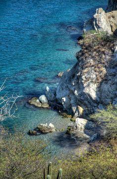Mar Azul y Acantilado en Taganga