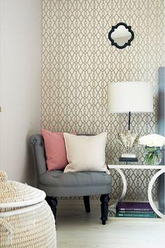 Ein Sessel oder Hocker verziert in jedem Raum ungenutzte Ecken. Dekoriert mit Kissen avanciert er zum gemütlichen Hingucker oder dient als praktische Ablage für Kleidung und Zeitschriften.