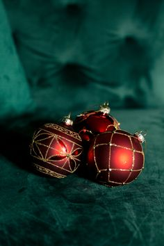 Glass Bauble Matt Red & Gold : Create a Festive Atmosphere In Your Home This Season With These Wonderful Christmas Tree Decorations Christmas Tree Trimming, Christmas Tree Decorations, Christmas 2019, Christmas Gifts, Gold Price, Colored Glass, Red Gold, Festive, Boxes