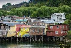 esas casas son casas tradicionales en chile. los chilenos almuerzan en estas casas.