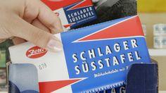 """Die Schlager Süßtafel gilt als Paradebeispiel für das Industriedesign der DDR. Die Bezeichnung """"Süßtafel"""" erlaubte den Verzicht auf Kakaoanteile (Mangelware zur DDR-Zeit). Seit 2000 gibt es die Schlager Süßtafel mit veränderter Rezeptur wieder."""