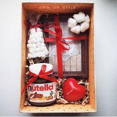 Ещё один подарочный набор сделан на заказ для милой девочки, которая хочет порадовать свою половинку на год их отношений❤️ В фоторамке так же будет сразу вставлена их совместная фотография В наборе: -рамка -нутелла -свечка -маршмэлоу -коробочка и декор Стоимость 890₽ ❤️ Вдохновляйтесь , обращайтесь _______________________ По заказам direct / WA +7913-027-46-04 #подарочныйнабор #подарочныйбокс #боксвподарок #дляпраздника #box #giftbox #подарочныйбокс22 #барнаул #подаркибарнаул