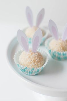 Easter Bunny Gourmet White Chocolate Brigadeiros Easter Bunny Gourmet White Chocolate Brigadeiros make the perfect Spring gift to loved ones. Easter Brunch, Easter Party, Easter Gift, Easter Table, Easter Decor, Easter Eggs, Baby Girl Cakes, Cake Baby, Bunny Party