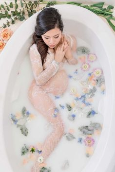 Have you seen those gorgeous maternity milk bath photos? This expert photographer is helping you to DIY your own milk bath shoot.