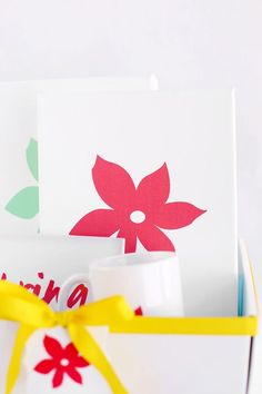 This DIY Mother's Day gift basket is filled with personalized goodies Mom will love. Get inspiration from this spring decor theme to create your own. Diy Mother's Day Gift Basket, Mothers Day Baskets, Best Mothers Day Gifts, Floral Printables, Tiny Prints, Create Your Own, Personalized Gifts, Spring, Gift Ideas