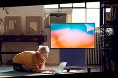The Sero (Foto: Divulgação)    A Samsung anunciou na tarde desta sexta-feira (4) sua novidade para SmartTVs no Brasil: o modelo Sero, um televisor full HD, munido de tela QLED de 43 polegadas e design arrojado. O objetivo? Fazer millennialsadotarem o televisor como parte da rotina digital.  saiba mais   Joe Biden e 'Animal Crossing' não é o primeiro caso de game como plataforma de campanha  A lei de privacidade digital está e Flat Screen, Samsung, Furniture, Tv, Design, Home Decor, Flatscreen, Interior Design, Design Comics