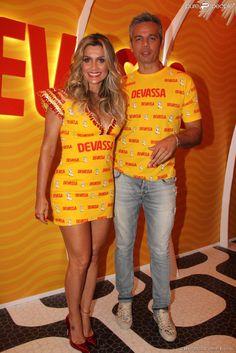 Em outro dia de Carnaval no Rio, Flávia Alessandra chegou ao camarote da Devassa com Otaviano...