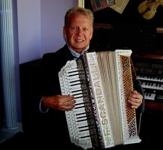 This is an old SCANDALLI chromatic accordion from my collection.