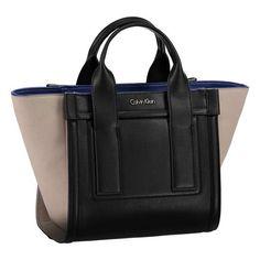 CALVIN KLEIN - CK Handtasche ► Die Tasche von CALVIN KLEIN besticht durch ihre aufwendige Verarbeitung und ist der perfekte Alltagsbegleiter. Dank dem mitgelieferten Schulterriemen bietet sich eine Trageweise als Umhängetasche perfekt an.  Maße: 22 x 25 x 15 (H x B x T)