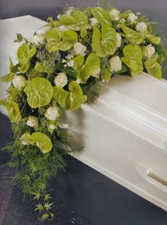 3577. Arrangement dwars overhangend,kleur naar wens Purple Flower Arrangements, Funeral Flower Arrangements, Funeral Flowers, Purple Flowers, Condolence Flowers, Sympathy Flowers, Remembrance Flowers, Funeral Sprays, Grave Decorations