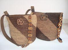 Bolso tejido en fique forrado y con cremallera, tira en cuero y macramé o fique y macramé.