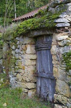 la mouthe les eyzies 24 - Lilly is Love Garden Doors, Garden Gates, Old Doors, Windows And Doors, Rustic Doors, Unique Doors, Stone Houses, Old Buildings, Door Knockers