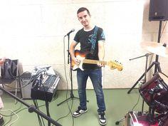 en Raúl amb una guitarra eléctrica Maya