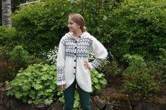 Eine wunderschöne Strickjacke mit Knöpfen, hergestellt aus 100 % isländische Wolle. Die Strickjacke ist für einen femininen Look geprägt, aber auch gerade gemacht werden kann.  Die isländische Strickwaren ist berühmt für seine Qualität. Die isländische Wolle ist sehr leicht, aber warm und Frauen tragen es als eine Strickjacke oder einen Mantel. Die Hand stricken Wollpullover wird Jahre dauern. Es sollte nur Hand aus lauwarmem Wasser gewaschen und trocken, flach auf einem Handtuch. Es besteht…