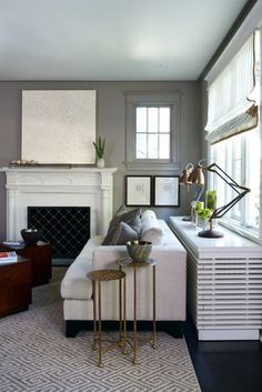 heizkörperverkleidung elegane weiße Kommode am Fenster