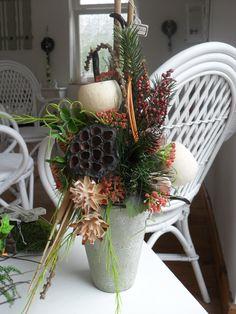 ... Grabgesteck in einem halbaren Pokal ... Trockengesteck für draußen Hier handelt es sich um ein Strauß er wurde in eine Vase gearbeitet, haltbarer Floristik die sich für den Außenbereich...