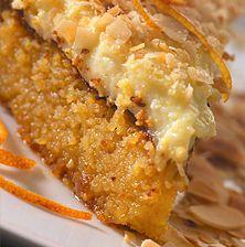 Είναι ένα νόστιμο «βαρύ» κέικ που μοιάζει στη βάση του με καλοσιροπιασμένο σάμαλι. Η κρέμα από πάνω το ελαφραίνει αρκετά. Διατηρείται πολύ καλά στο ψυγείο για 4-5 μέρες