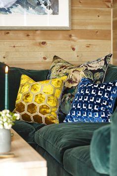 Her er det farge satt i naturlige valører fra planteriket, innredet i en stilren, skandinavisk stil med kontinentale, og glamorøse innspill. #hytte#stue#puter#sofa#panel#vegg#grønn#inspirasjon#ideer#innredning#inspiration#decoration#beis#Fargerike#velur Designers Guild, Throw Pillows, Bed, Home, Toss Pillows, Cushions, Stream Bed, Ad Home, Decorative Pillows