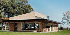 Construido por BAM! arquitectura en Saladillo, Argentina con fecha 2013. Imagenes por Cortesía de BAM! arquitectura. Con la premisa del cliente de ampliar y modernizar una casa existente en el campo, permitiendo de esta forma recibir ...