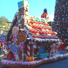 Im excited for the Christmas parade if only ours had floats this nice Ill continue my tradition and be in my usual spot no matter how the floats turn out Gingerbread Christmas Decor, Candy Land Christmas, Disneyland Christmas, Christmas Yard, Christmas Crafts, Gingerbread Houses, Magical Christmas, Pink Christmas, Christmas Float Ideas