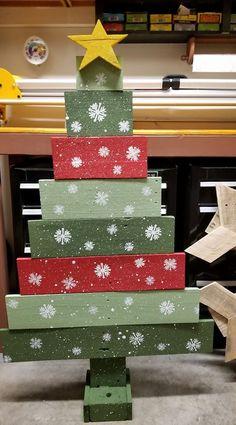 Kids Christmas Ornaments, Diy Christmas Decorations Easy, Christmas Tree Painting, Diy Christmas Tree, Primitive Christmas, Christmas Centerpieces, Xmas Tree, Holiday Crafts, Wooden Pallet Christmas Tree