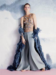 Pantalone Giorgo Armani capo primavera -estate ,semplice e comodo.Con grandi pieghe centrali e vita alta elasticizzata.