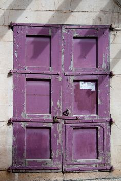 adore these violet doors `