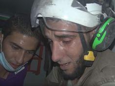 O sírio Abu-Kifah, do grupo Capacetes Brancos, chora após ajudar a resgatar bebê em escombros de bombardeio em Idlib, na quinta (29) (Foto: Reprodução/Youtube/معاذ الشامي)