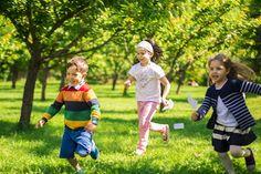 Joaca activă în aer liber este esenţa unei copilării sănătoase şi voioase, dovedit ştiinţific! Aşa că hai să lăsăm scuzele legate de lipsa de timp sau necooperarea IT-istului în miniatură şi să ieşim afară, la aer, lumină naturală şi natură vie!